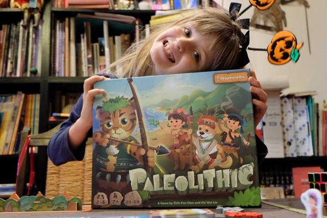 Et encore une nouveauté essénienne au programme, avec ce Paleolithic que j'avais ciblé avant de partir pour l'Allemagne. Nous jouons à 3, avec Leila et Julie pour m'accompagner sur cette partie de découverte, jouée sans les deux boîtes d'extension avec lesquelles je suis revenu également...