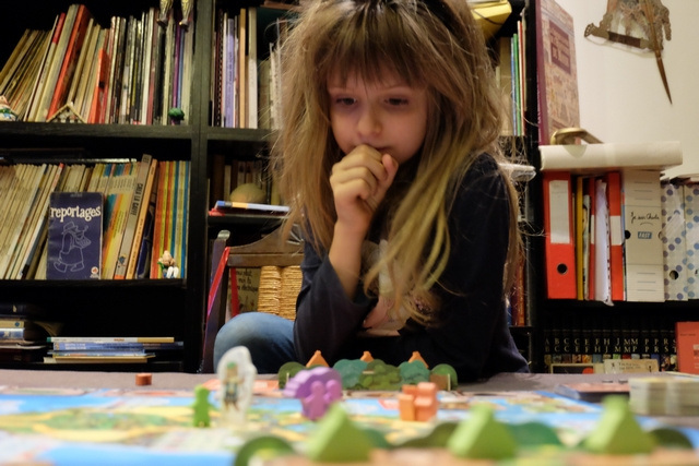Leila réfléchit. Le jeu correspond parfaitement à ses aptitudes ludiques actuelles : là, pour le coup, le jeu est clairement dans la cible !