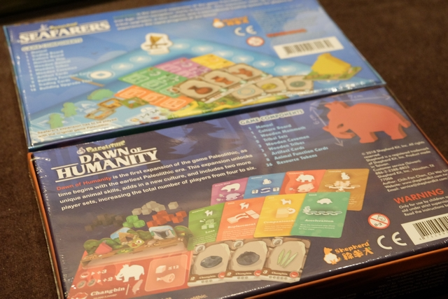"""Une fois la partie achevée, je jette un oeil au verso des boîtes d'extension du jeu, car je me pose encore la question du peu d'intérêt d'avoir mis des animaux compagnons dans le jeu alors qu'ils n'ont pas de pouvoir particulier explicité. Et là, je tombe par terre : la boîte """"Dawn of Humanity"""" contient des pouvoirs liés aux animaux de la boîte de base !!! Qu'est-ce que c'est que cette affaire ??? Pourquoi ne pas avoir tout intégré dans la boîte de base ? Ce n'est pas à proprement parlé une extension du coup... :-("""
