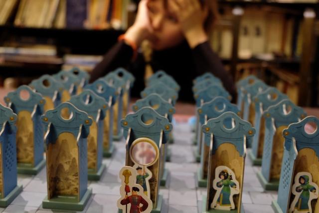 Le jeu est mis en place, dans sa version de base, avec, donc, pour chaque joueur, une princesse, une servante (quasi identique à la princesse si l'on excepte les cheveux sans capuche) et un porteur de miroir magique (la pièce maîtresse du jeu). On doit installer ces 3 pièces sur la ligne arrière, avec 2 pièces neutres. L'adversaire fait de même. Entre les deux, ce ne sont que des pièces neutres. Le garde rouge, en-dessous de ma ligne arrière, symbolise l'endroit où doit se présenter la princesse rouge de Leila. A noter l'effet, subtil, bien visible sur cette photo, du miroir de mon porteur. On peut y aller...