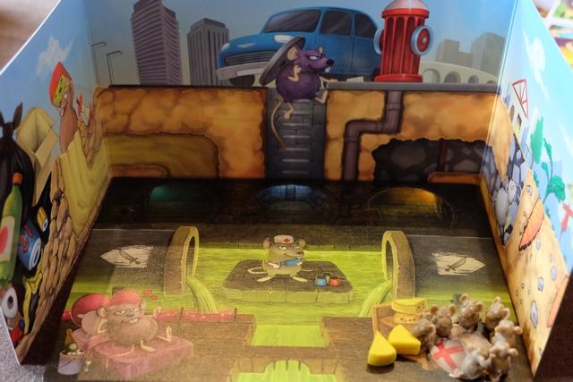 Chaque joueur dispose d'un matériel individuel de folie : un plateau sur lequel figurent des zones identifiées pour y positionner ses rats et un paravent qui prolonge le dessin du plateau, en surface de la ville en quelque sorte. On a l'impression de jouer en 3D !