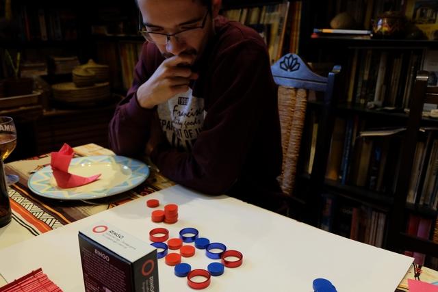 Ca donne clairement à penser ce petit Ringo... Le but du jeu ? Aligner soit ses 4 disques soit ses 4 anneaux. Et c'est tout !