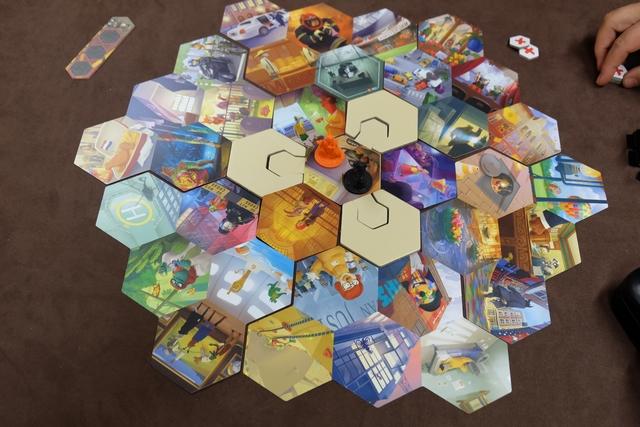Voici à quoi ressemble le plateau de notre partie, avec, au centre, la vespa de Véronique, la orange, et la mienne, la noire. Il est clair, déjà, qu'avec toute cette déclinaison d'illustrations, il va falloir être attentif au possible et ingénieux, tout en étant réactif car le jeu se déroule en simultané.