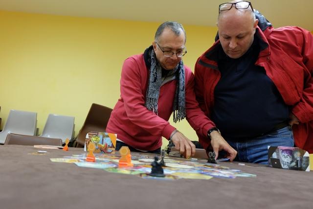 Fabrice est quand même plus efficace et rapide qu'Hervé qui prend clairement son temps pour m'extraire une ou deux cartes de l'étalage, du coup Fabrice passe plusieurs fois avant lui et lui retire des cartes ! Un peu stressant ce jeu... ;-)