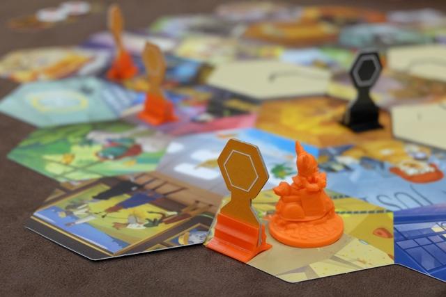 L'équipe orange parvient à placer sa troisième preuve et elle n'a plus qu'à aller valider tout ça en allant sur la case de leur commanditaire...