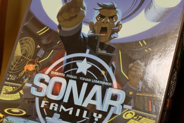 """Sonar Family est la version """"raccourcie"""" de Captain Sonar, un jeu jouable jusqu'à 8, par équipes, qui me faisait carrément de l'oeil depuis l'année passée et, surtout, depuis que les québécois de BaladoLudique m'en ont bourré le crâne sur leurs podcasts... Du coup, cette version sortie à Essen cette année, jouable de 2 à 4, me convient parfaitement !"""