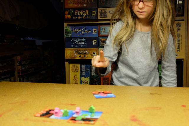 A son tour, le joueur actif tente de propulser une de ses cartes (deck identique pour tous les joueurs), depuis le bord de la table (non, de la lave !), soit par pichenette, soit par jet (sans dépasser le bord de la table). Le but, ultra basique, est de tenter d'éjecter les meeples adverses des cartes ! Ça marche nickel...