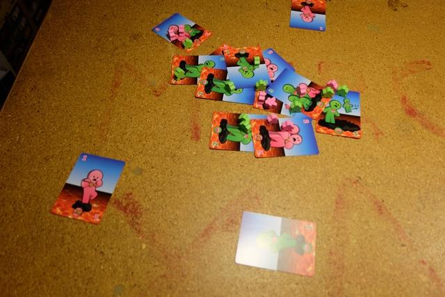 Vue générale. Sachez que le but est d'avoir le plus de meeples à sa couleur sur les cartes en fin de partie, les meeples debout rapportant 2 PV, les couchés 1 PV.