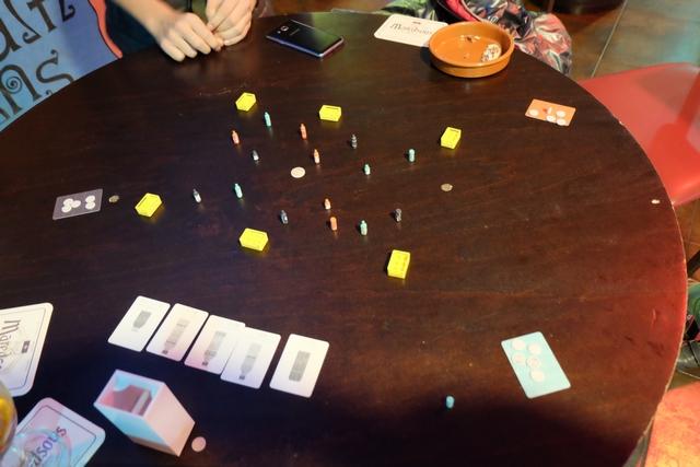 Voici la vue après un premier tour de jeu. Personne n'a réussi à faire tomber sa propre bouteille prévue par la carte (la grande canette) et Leila a même réussi à faire tomber une autre bouteille, donc elle a dû payer 100 yens de son capital. A noter qu'on en a 500 et qu'en cas de perte de tout son argent, on doit rendre les bouteilles acquises précédemment pour continuer à jouer avec 500 nouveaux yens...