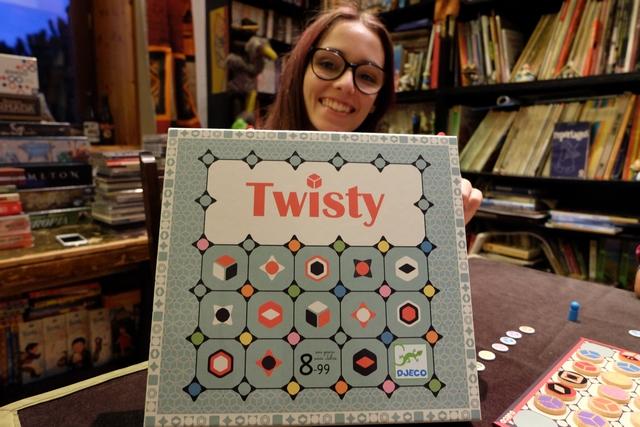 Le premier jeu rapporté à Maitena, pour Essen 2018, est le jeu Twisty, une sortie qui a vraiment bien marché chez Djeco. A noter la pose de ma fille aînée, proche de celle de Leila à chaque fois sur un jeu auquel elle joue ! :-)