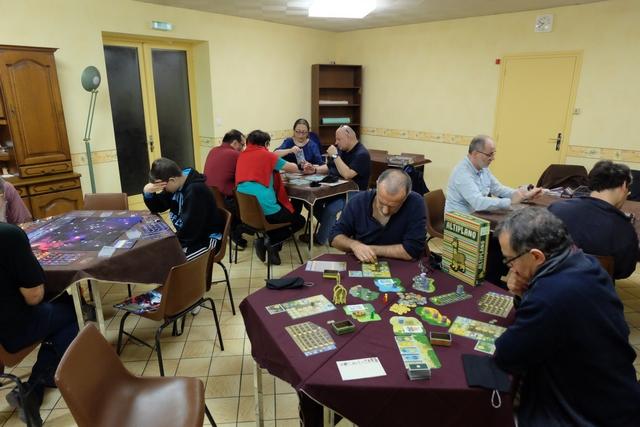Ca, on peut dire que c'est une sacrée journée jeux réussie : pas moins de 4 tables simultanées en soirée, avec du Kepler, du Charlatans de Belcastel, du Imaginarium et, donc, du Altiplano !