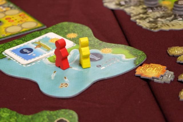 A quoi jouent-ils Yohel (jaune) et Fabrice (rouge) ? Ils ont épuisé, déjà, la réserve de jetons de poissons !!! Et Fabrice construit moult bateaux, ce qui pourrait conduire, très rapidement, à une fin de partie déconcertante de rapidité...