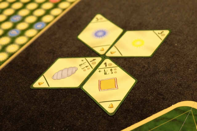 Voici les 4 cartes d'objectifs retenus par les joueurs, sachant qu'on marquera, chacun, sur les 4... Comme vous pouvez le voir, j'ai opté pour les décorations de couleur jaune, afin de grappiller quelques points lorsque je n'aurai ni bonhomme en pain d'épice ni bonbon en main. Et je retiens les boules jaunes et bleues, bonifiées de 3 PV...