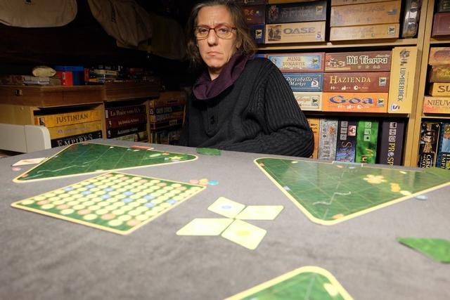 Julie semble surprise, mais, en fait, c'est surtout qu'elle se rend compte que le jeu est bien plus calculatoire qu'il ne le paraissait au départ...