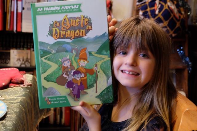 Leila va essayer ce premier livre-jeu tout de suite, en cette journée de Noël !