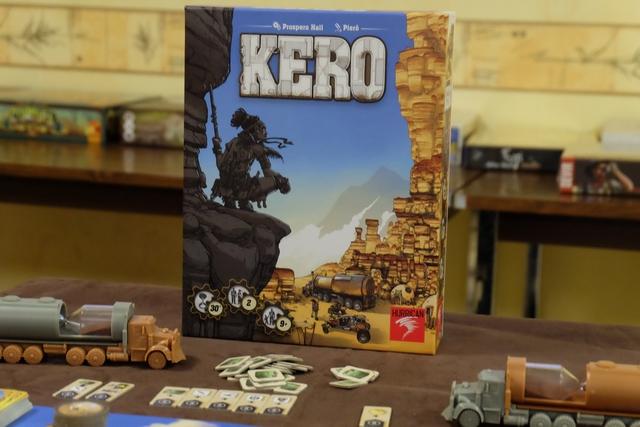 Un jeu illustré par Piero, ça donne souvent envie... Là, on est en plein dans une sorte d'ouest américain futuriste, au sein duquel on va devoir gérer nos problèmes de kérosène... D'où le nom du jeu !