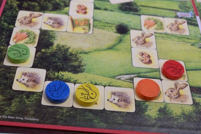 Leila est première joueuse avec son pion orange, donc elle va vite consommer une salade (bien vu !), puis Fabrice, en bleu, joue son tour, suivi de Pierre, en rouge, Christian, en jaune et, enfin, votre serviteur en vert.