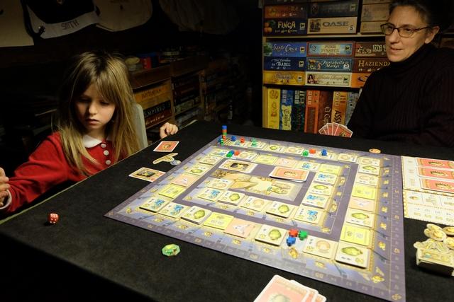 Leila utilise ensuite une carte avec un dé, ce qui lui permet de lancer le dé rouge pour savoir de combien de cases elle devra avancer un de ses pions.