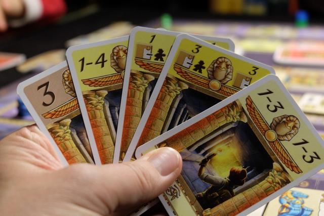 Petit à petit, en réussissant à faire arrêter ses pions sur les cases adéquates (cases violettes ou jaunes), on peut faire progresser nettement sa main ! Ci-dessus, par exemple, vous pouvez voir que j'ai des cartes avec des choix de nombre de cases à parcourir (très très utiles) et d'autres qui permettent d'avancer de 1 ou 3 cases et de récupérer un trésor même avec un pion de moins que requis !