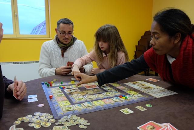 Nathalie essaie d'aider Leila, au moins pour poser et piocher ses cartes... ;-)