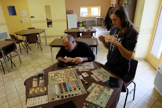 Yohel et Lila sont en train de choisir quelle carte ils conservent... La partie promet d'être belle ! Longue, certainement, mais belle ;-)