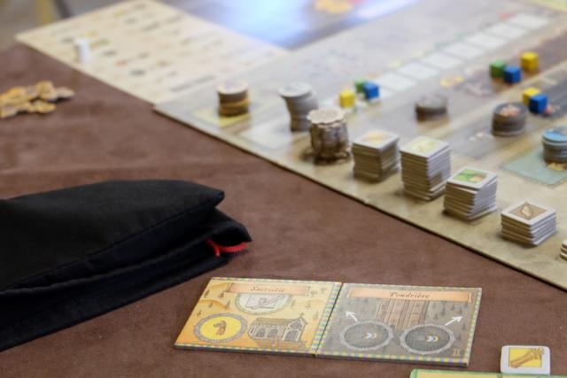 J'ai rapidement construit la Poudrière, sous les huées de Yohel qui l'aurait bien acquise aussi. Ça pourra être utile plus tard dans la partie, pour envoyer plus de personnages sur les œuvres de bienfaisance et, surtout, sur d'éventuelles cartes de bâtiments que je voudrais construire...
