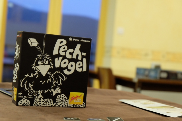 Pechvogel est un jeu de dés stupide où on ne maîtrise pas grand chose... C'est d'ailleurs assez revendiqué de par le thème (marqueurs de poisse quand même...) et par le type de jeu (plutôt court et avec des dés). Par contre, il est joli, avec uniquement du blanc et du noir.