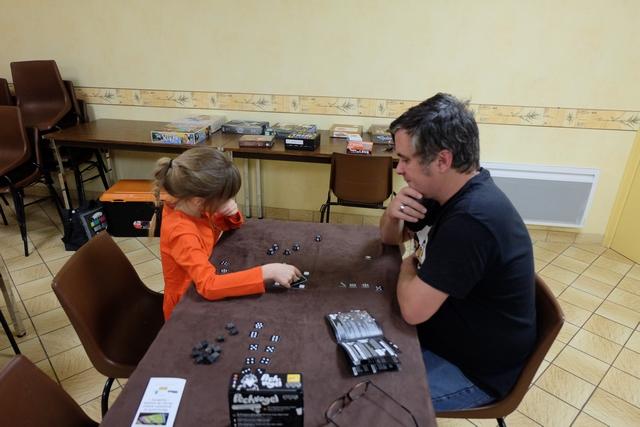 Heureusement qu'on joue entre père et fille, ça permet quand même de passer un bon moment... La petite vidéo ci-dessous vous en dira un peu plus sur le jeu.