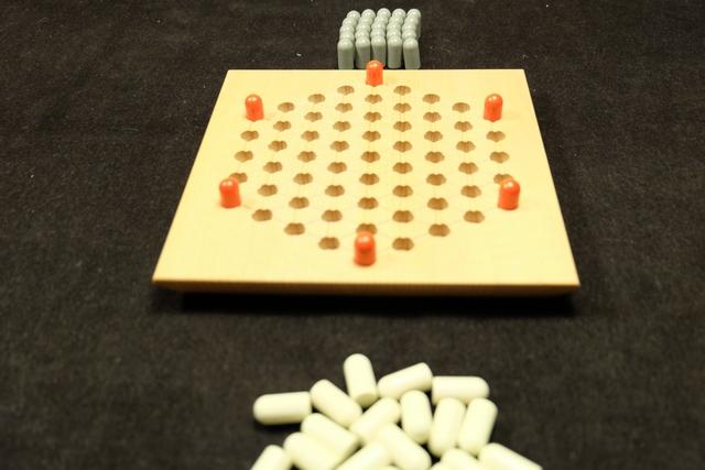 Le pitch du jeu. Au départ, on place les 6 tours rouges sur les 6 sommets de l'hexagone. Ensuite, à tour de rôle, chacun va déplacer une tour sur une ligne droite, de la distance de son choix, sans jamais passer par dessus un pion ou une tour. Puis, il place un pion à sa couleur à côté de la dite tour. Quand plus aucune tour ne peut être déplacée, la partie s'achève et on compte les points. J'avais dit limpide, la preuve !!!
