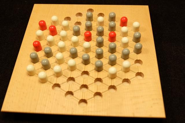 Fin de partie puisque plus aucune tour rouge ne peut être bougée. Pour les points, ce n'est pas très compliqué. On compte, pour chaque groupe de pions d'une même couleur, autant de points que le nombre de pions connectés multiplié par le nombre de tours rouges touchées. On additionne le tout, joueur par joueur, pour obtenir le score final. Simple. En tout cas, après cette mise en bouche fort agréable, on s'y remet direct avec Tristan, pour une seconde manche qu'il commencera. Forcément.