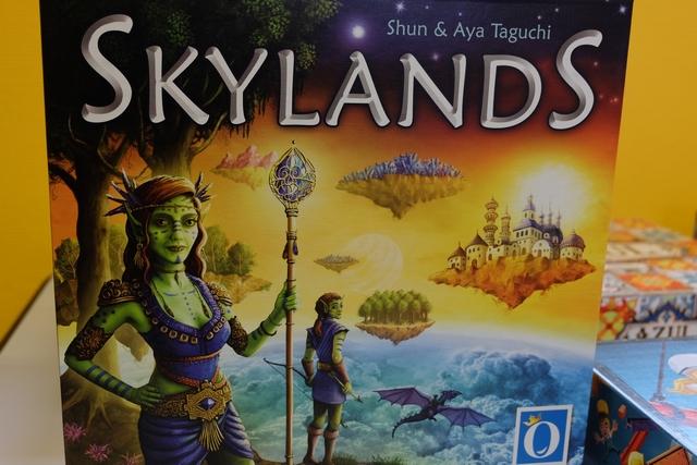 L'une des nouveautés d'Essen 2018, chez Queen Games, est ce Skylands, un jeu qui se déroule dans le ciel avec des morceaux de terres qu'il faudra agglutiner pour obtenir des îles du ciel. Le mécanisme est très proche de celui de Puerto Rico : le joueur actif choisit un rôle et tous les joueurs l'appliquent dans la foulée, lui ayant un bonus. Prometteur...