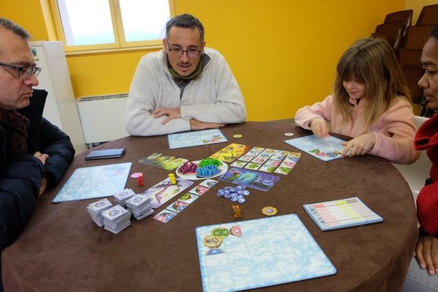 Partie très sympathique qui se déroule à 4 joueurs, avec Fabrice, utilisant le pion rouge, Yann, avec le jaune, Leila (aidée de sa marraine Nathalie) avec le blanc, et moi-même avec le marron.