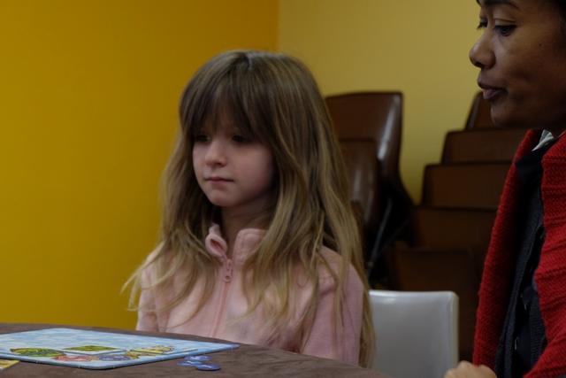 Leila joue de mieux en mieux aux jeux de société modernes et, clairement, c'est plutôt elle qui est là pour aider sa marraine... ;-)