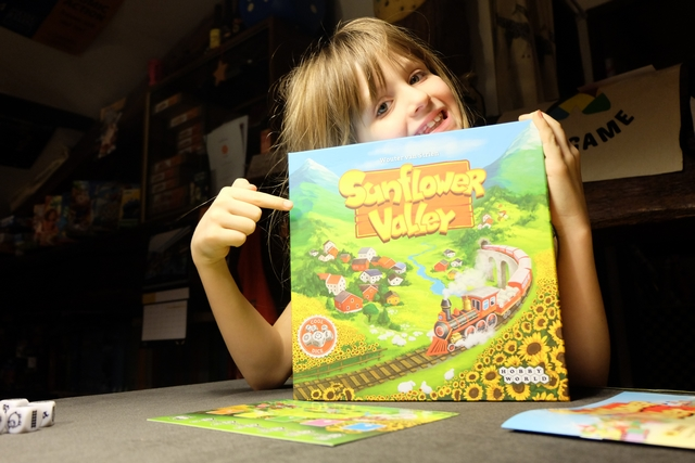 Très colorée, la boîte de ce jeu donne le ton : on va se créer son monde à soi dans un univers bucolique, avec des rails, des maisons, des moutons et des tournesols !