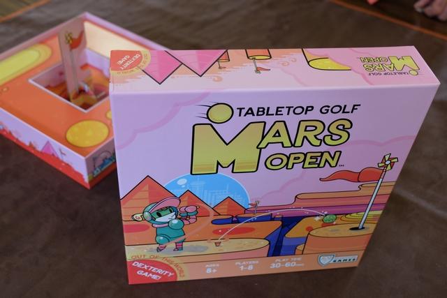 Probablement l'un des plus incroyables OVNI ludiques que j'ai rapportés, cette année, du salon d'Essen : jouer au golf dans votre salon, ça vous dit ? Avec une infinité de trous possibles, ce jeu se devait de rentrer dans mes bagages et je suis allé l'acheter dès le jeudi matin à l'ouverture, l'éditeur n'en avait que 3 boîtes en tout et pour tout ! Le reste était déjà vendu par kickstarter...