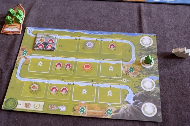 Chaque joueur dispose d'un plateau individuel, correspondant au cheminement d'un cours d'eau de sa source jusqu'au fleuve principal commun, sur lequel il va installer, petit à petit, des tuiles de production et/ou de stockage. Même sans tuile, il bénéficie déjà de quelques productions (une pierre, un argile et un bois) ainsi que de 5 espaces de stockage. Avant de démarrer vraiment la partie, chaque joueur, dans l'ordre inverse du tour de jeu, choisit une tuile parmi celles étalées au départ (une de plus que de joueurs). Ci-dessus, vous pouvez voir que j'ai retenu celle de 1 bois + 3 stockages. Je serai premier joueur de notre partie de découverte à 2 joueurs...