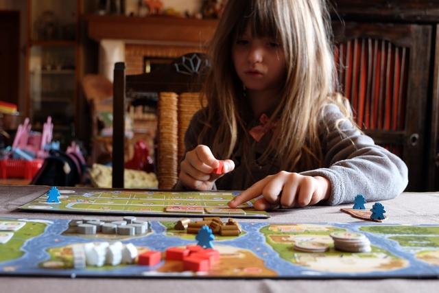 Très rapidement, Leila comprend les règles de ce jeu, très abordable, ultra classique mais qui semble parfaitement huilé et fluide. J'ai l'impression qu'on va passer un sacré bon moment...
