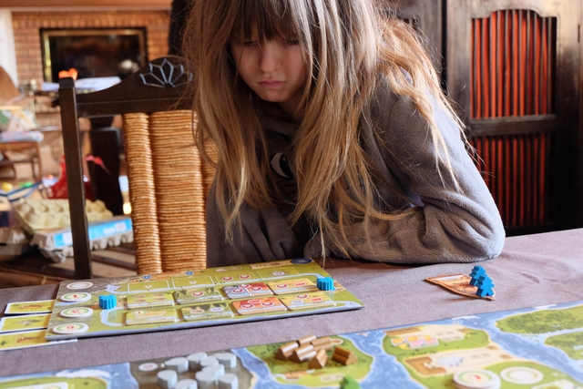 Je vais terminer la partie et Leila hésite sur ses choix de dernières actions... Elle sait que dans deux minutes, on comptera les points.