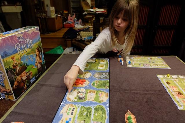 Leila bluffe absolument son frère tant elle joue avec pertinence et discernement ! Il croit même qu'elle trichote, alors que non, elle est juste parfaitement efficace... ;-)