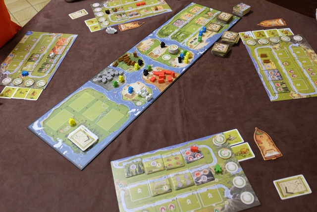 Lila en est déjà à 4 cartes de bâtiments sur les 5 requises pour finir la partie ! Je pense que ma stratégie d'aller vite sur le fleuve, pour faire plein de colonnes, n'aura pas le temps de s'exprimer...