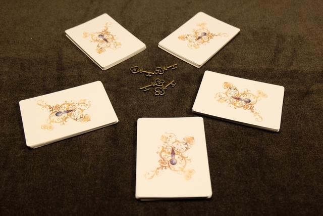 Les cartes sont mélangées et divisées en 5 cas de même taille, disposés en cercle autour des 4 clés métalliques, finement ajourées. Rendez-vous au pays des merveilles...
