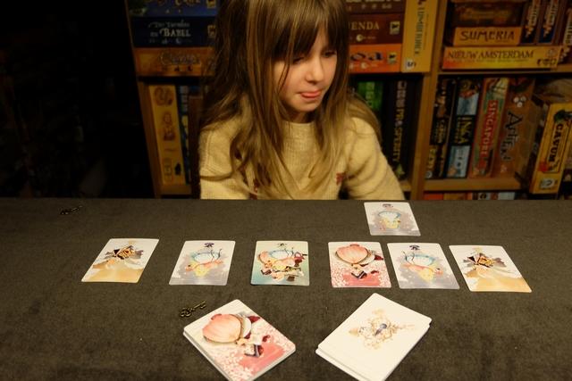 Leila a 3 cartes Alice dans son Tunnel (deux vraies cartes + la carte Joker qui contient tous les personnages), ainsi que 3 cartes Chapelier, donc son Tunnel s'effondre et elle va rendre toutes ses cartes... Enfin, plutôt elle devrait, mais on se trompe lamentablement car on n'avait pas compris que les jokers remplaçaient effectivement tous les personnages ! Bon, ce n'est pas très grave, ce n'est qu'une partie de découverte...