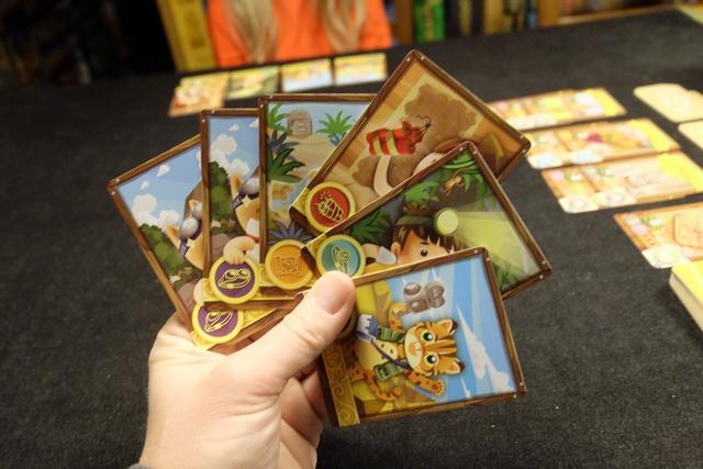 A mon tour, j'ai pioché une carte et voici donc ma main de 6 cartes. Moi aussi je vais en poser un groupe sur la table, dans le but de, plus tard, lancer une expédition sur l'un des continents... On notera que chaque carte d'explorateur mentionne la spécialité de celui-ci : la dynamite, la lecture de cartes, ...
