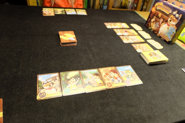 Voici donc le résultat de notre premier tour respectif : chacun a posé 5 cartes d'explorateurs sur la table pour constituer un groupe prêt à partir en expédition.