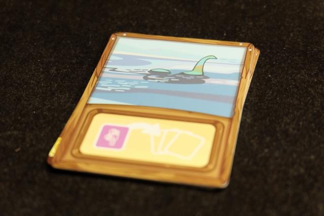 Le monstre du Loch Ness est parmi nous !!! J'adore les clins d'œil du jeu, comme celui-ci, où cet événement contraint nos spécialistes de la caméra, présents dans nos groupes posés sur la table, à retourner dans nos mains. Presque trop gentille cette carte finalement...