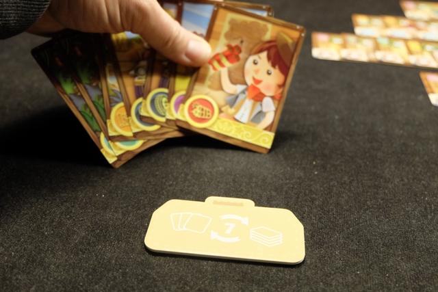 Ayant échangé 7 cartes de ma main contre 7 autres, j'ai droit à la tuile de valise correspondante. Elle me servira plus tard comme si c'était le spécialiste de mon choix, puis je la remettrai dans le stock disponible.