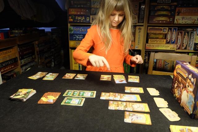 Leila combote... ;-) On n'est pas si loin de la fin de partie : il ne nous manque que deux cartes de bâtiments !