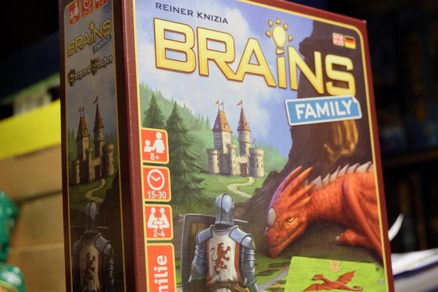 Brains Family est un jeu de Reiner Knizia, basé sur son jeu à succès, Brains, sorti au printemps 2015, une sorte de puzzle / casse-tête pour jouer en solitaire. Ici, sans surprise, on a affaire à un jeu solo à plusieurs... Je m'en veux encore, d'ailleurs, de l'avoir proposé à Leila, elle qui a énormément de mal dans ces jeux de rapidité et d'efficacité.