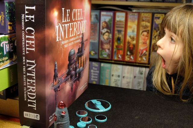 Dans la grande famille des Île Interdite et autre Désert Interdit, ce jeu a fière allure avec ses composants électriques intégrés au système... Leila ne s'y trompe pas... ;-)
