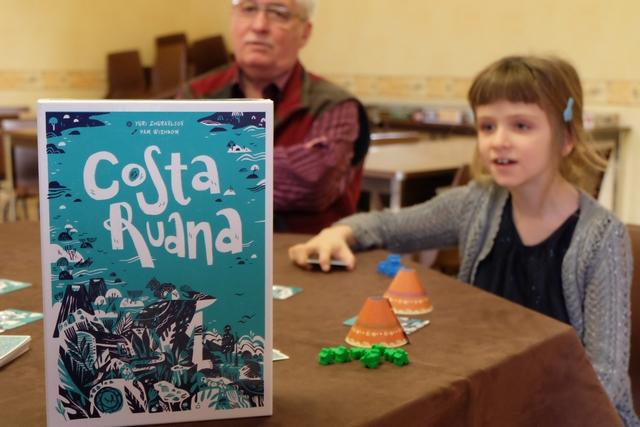 Voici un jeu proposé par un éditeur portugais, récupéré à Essen 2018, alors que la première édition du jeu est datée de 2014... Nous allons l'essayer à 5 joueurs : Fabrice avec les pions bleus, Yohel avec les jaunes, Gérard avec les marron, Leila avec les bleus et moi-même avec les verts.